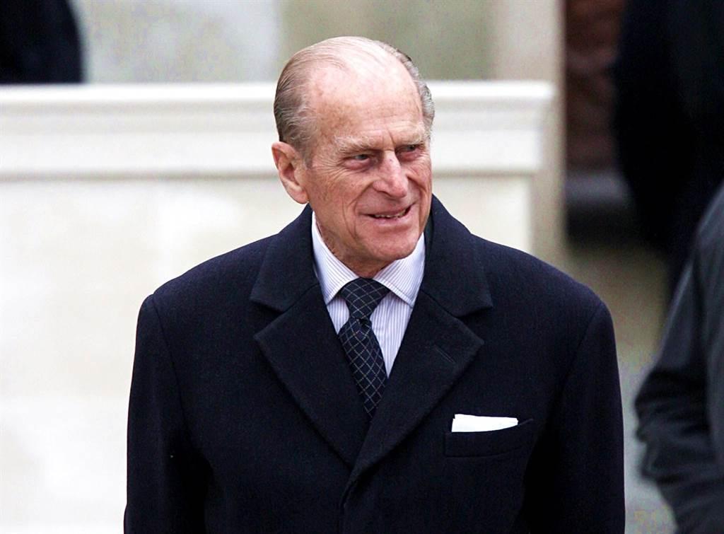 英國菲立普親王(Prince Philip)4月過世前幾周才進行心臟手術,不過英媒披露,親王的官方死亡證明上的死因欄位只有「老死」2個字。(資料照/TPG、達志影像)