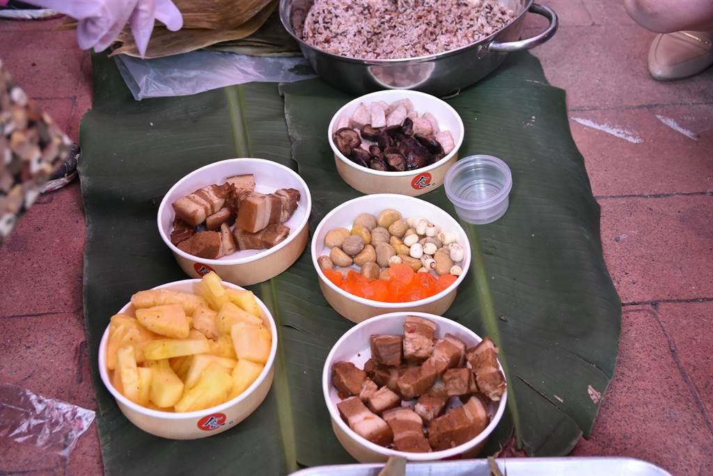 金旺來五穀粽的食材,餡料豐富新鮮充足,一顆重達200公克。(周麗蘭攝)