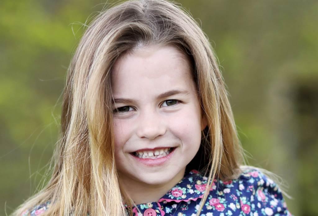 劍橋公爵夫人凱特親自掌鏡,為5月2日過6歲生日的寶貝女兒夏綠蒂留影。(美聯社)