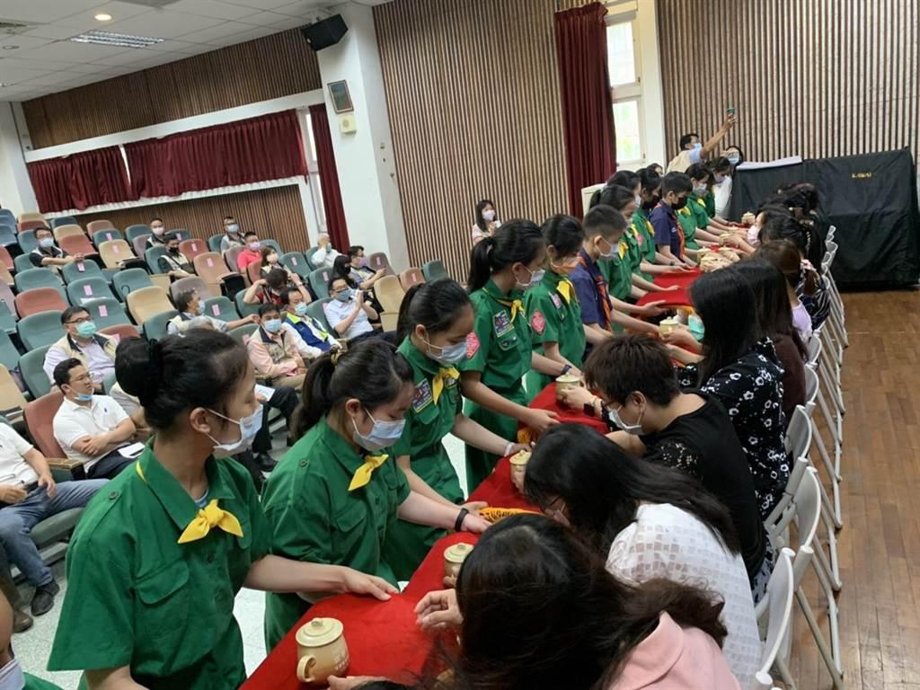 公正國小的童軍向學校護理師代表奉茶,表達心中的謝意。(公正國小提供/胡健森宜蘭傳真)