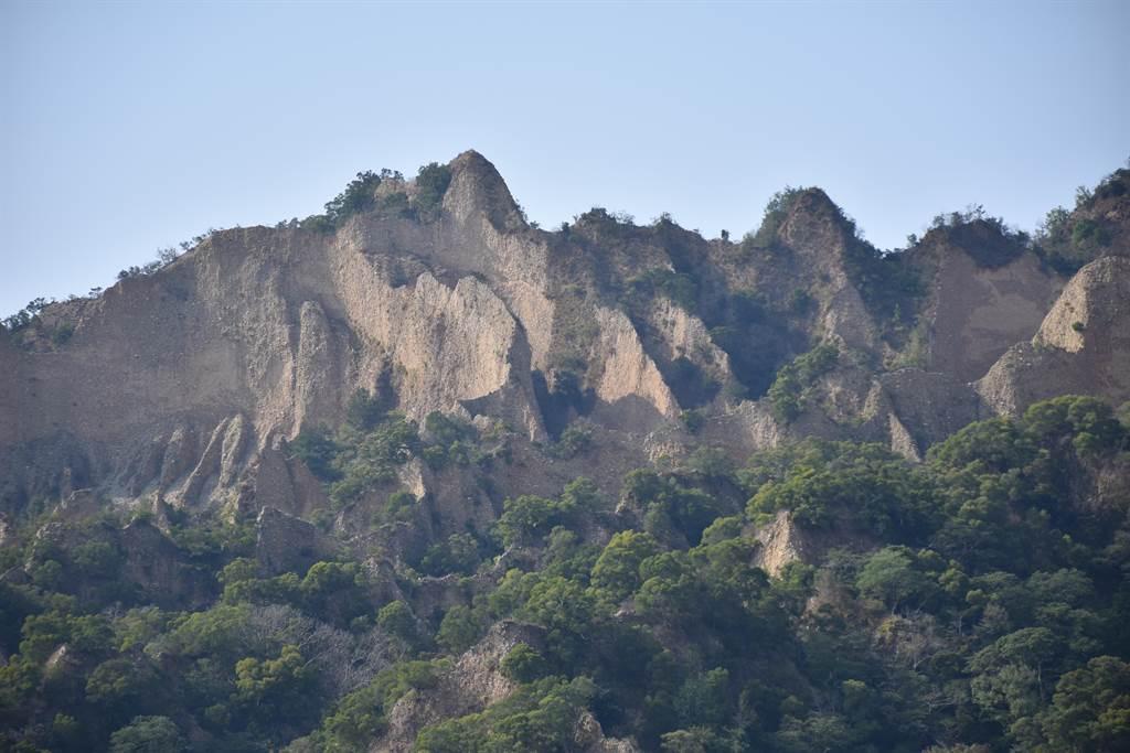三義火炎山因山勢雄奇,成了近來國內最夯的登山熱點。(謝明俊攝)