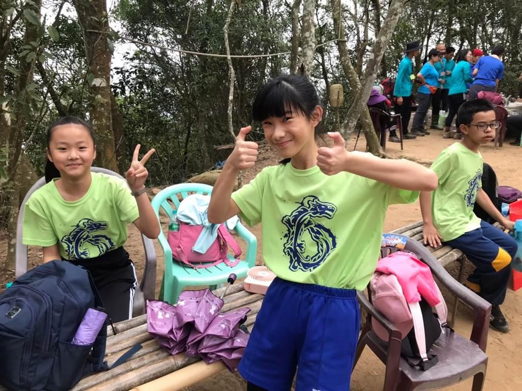 苗栗市文華國小學生歡樂登上火炎山當做畢業禮物。(文華國小提供/謝明俊苗栗傳真)