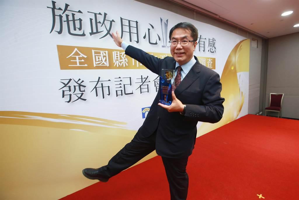 台南市長黃偉哲開心拍照。(陳信翰攝)