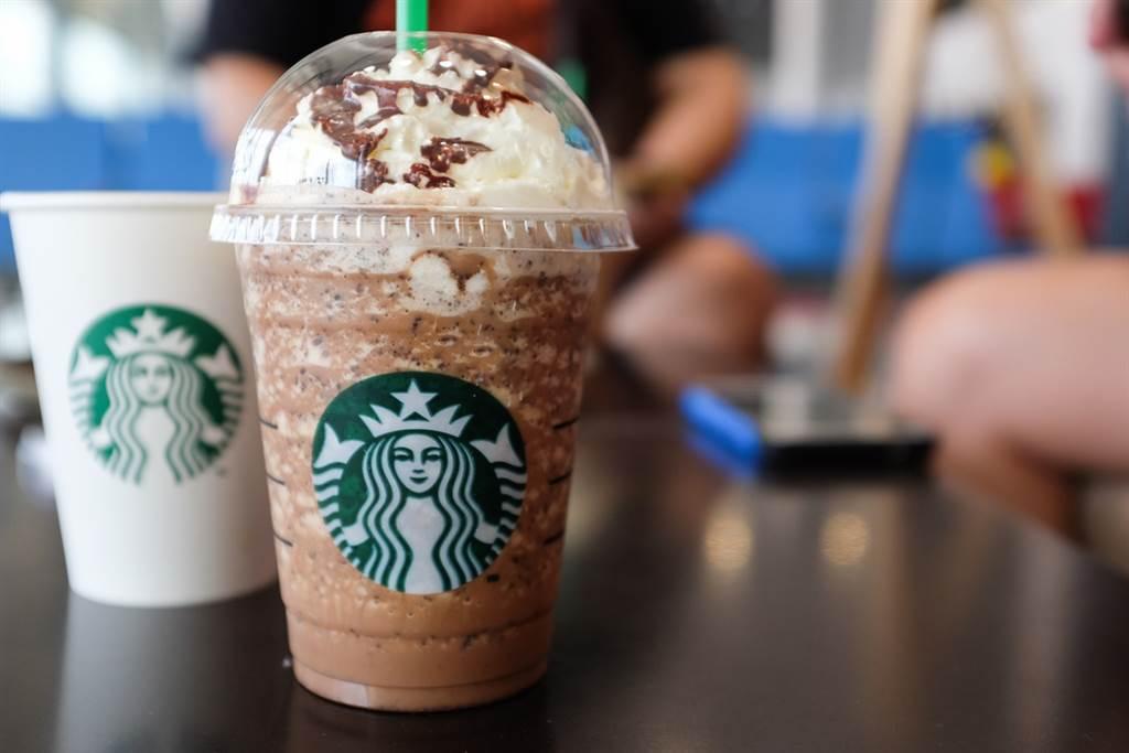 國外一名星巴客員工在推特上抱怨,顧客點了一杯星冰樂後,竟還提出加冰塊等13項額外特殊要求,讓他做飲料做到崩潰,直呼「想離職」。(示意圖/shutterstock)