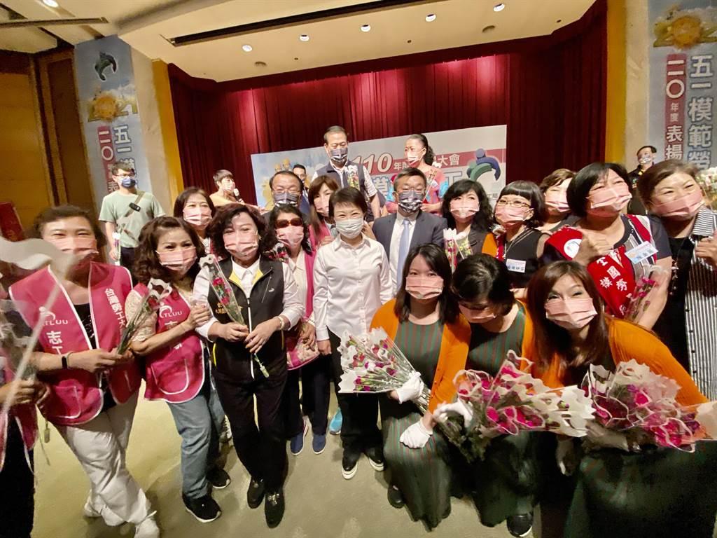 台中市長盧秀燕(左五起)與立法院副院長蔡其昌,5日同時出席台灣勞工大聯盟總工會表揚模範勞工,把握拉攏勞工票機會。(盧金足攝)