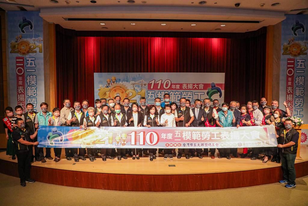 台灣勞工大聯盟總工會5日表揚模範勞工,台中市長盧秀燕感謝帶動台中經濟。(盧金足攝)