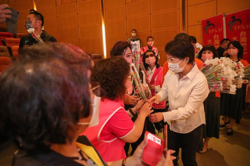 母親節將至,台中市長盧秀燕現場發送康乃馨,祝福勞工朋友母親節快樂。(盧金足攝)