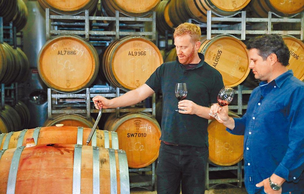 澳洲葡萄酒銷往大陸的金額,較前年暴跌96%,推升大陸國產葡萄酒品牌。圖為澳洲品牌商在檢測紅酒。(新華社)(酒後不開車 安全有保障)