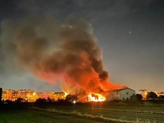 永康倉儲凌晨陷火海 鐵皮廠房全面燃燒景象駭人