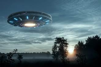 夜空突現刺眼光束 下秒UFO降落 30公分外星人街頭閒晃
