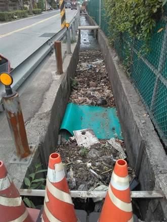 灌溉溝渠塞滿垃圾無人管 地方控農水署業務空窗期