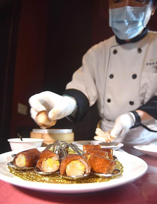 蘭城晶英〈鴨肉握壽司〉,是由廚師在客人桌邊現片現包,充滿儀式感。(圖/姚舜)