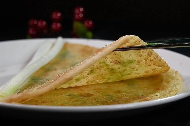 蘭城晶英酒店的〈片皮鴨捲餅〉有二種,其中一種是用鴨油揉入麵粉中煎出的〈鴨油蔥油餅〉。(圖/姚舜)