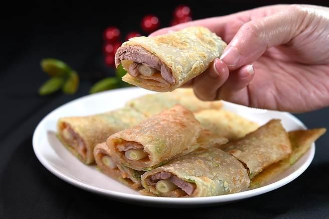 蘭城晶英酒店〈片皮鴨捲餅〉的〈鴨油蔥油餅〉,比傳統蔥油餅薄,包捲鴨肉不會太厚。(圖/姚舜)
