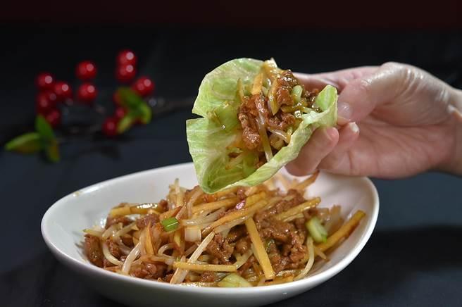 蘭城晶英酒店〈霸王櫻桃鴨〉的「第4吃」是〈生菜包鴨絲〉,鴨肉切絲與豆芛芽和蘋果絲合炒。(圖/姚舜)