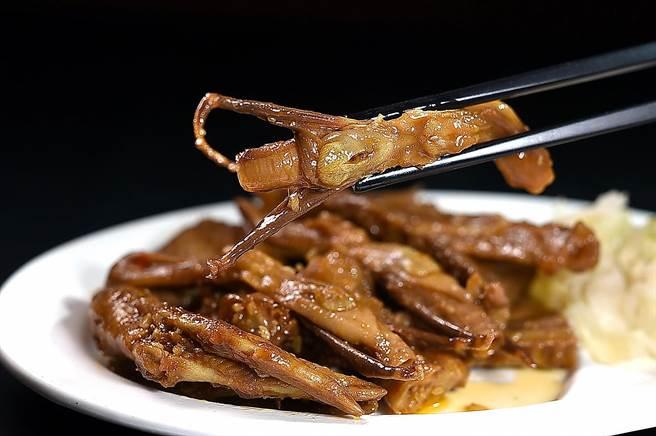 〈香滷鴨小拼〉是將鴨舌、鴨掌及鴨翅經過特製醬汁滷製冰鎮,滷汁充分滲入肉骨中,滋味微辣鹹香。(圖/姚舜)