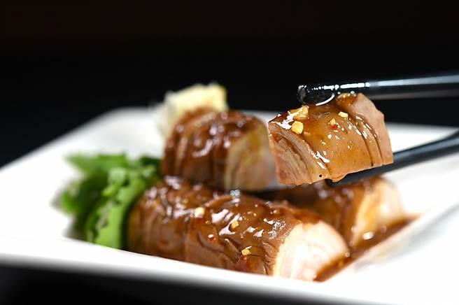 〈百轉千腸〉是以「腸套腸」方式前處理後再滷製入味,起鍋後先冰鎮再切段,橫切面可見「千層」效果,口感紮實有嚼勁。(圖/姚舜)