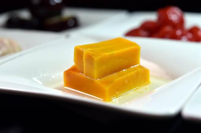〈員山蜂蜜南瓜〉將南瓜與員山蜂蜜結合後「蒸」製,將蜂蜜蒸入南瓜中,甜而不膩。(圖/姚舜)