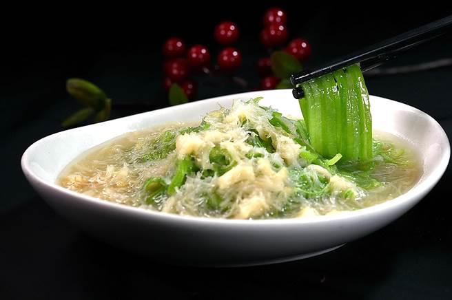 〈干貝絲瓜麵〉是將絲瓜切成麵條狀,再以鹹香鮮的干貝合炒後以高湯略煨而成,口感爽滑脆嫩。(圖/姚舜)