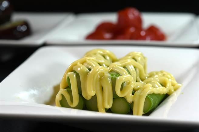 〈黃芥末蘆筍〉是選用綠蘆筍,汆燙冰鎮後淋上黃芥末醬,微酸微甜中釋放黃芥末香氣,清爽開胃。(圖/姚舜)