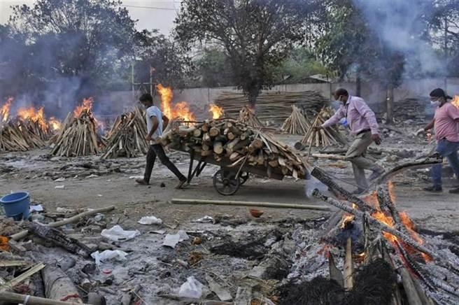 印度第二波新冠肺炎疫情急速惡化,圖為印度火化病故者。(圖/美聯社)