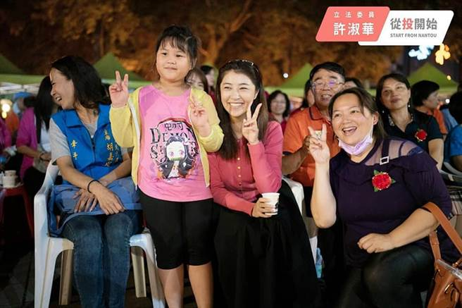 國民黨立委許淑華(圖中者),所到之處常受到民眾歡迎。(圖/取自許淑華臉書)