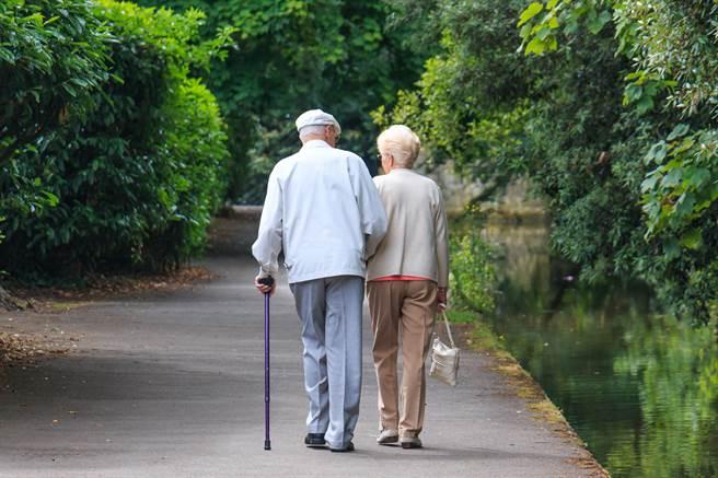 美國一對患有阿茲海默症的老夫妻,居然成功破解安養中心的大門密碼,出逃將近半小時。(示意圖/達志影像)