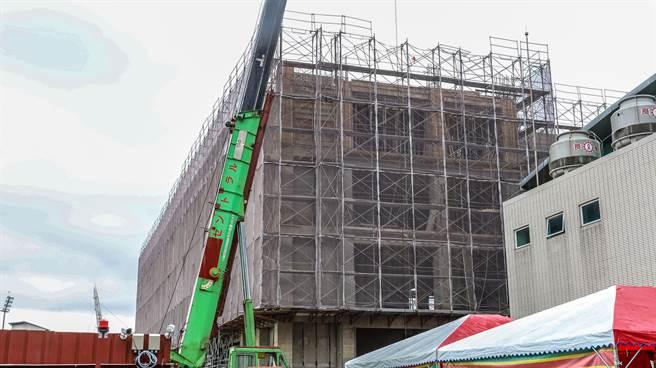 竹北成功國中二期校舍工程上樑,竣工可招24班。(羅浚濱攝)