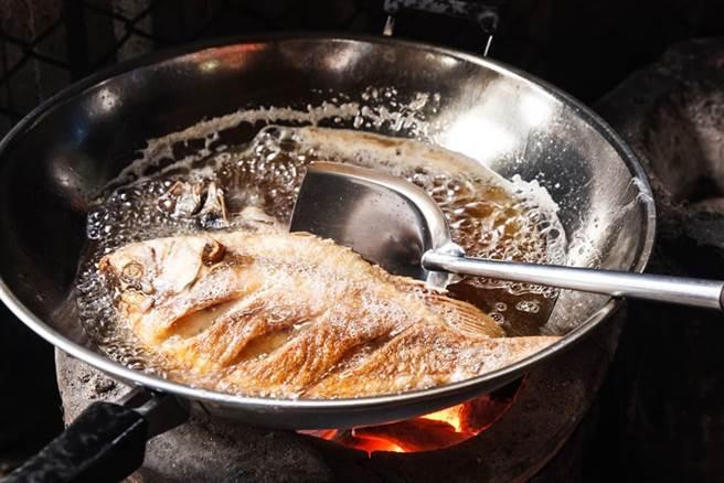 泰國網友在炸魚時,突然發現油鍋上的魚肉竟竄出成千上萬隻的白色幼蟲,讓她相當崩潰。(示意圖/達志影像)