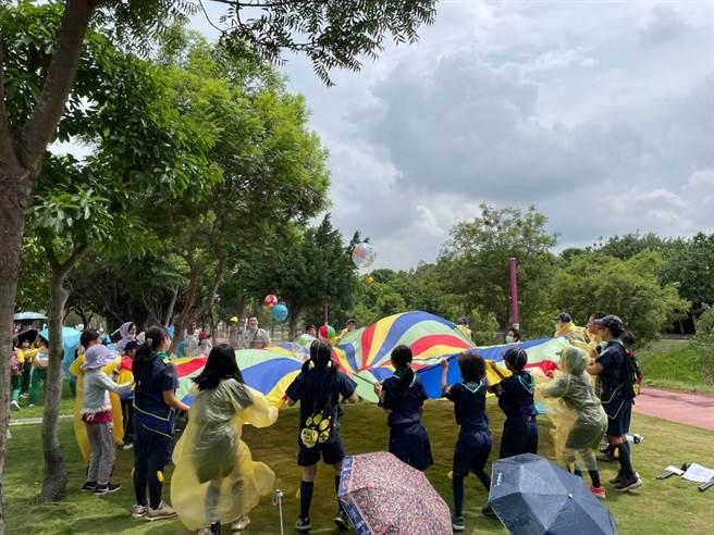 台中市51校幼童軍齊聚中央公園感受科技環保自然生態。(台中市教育局提供/王文吉台中傳真)