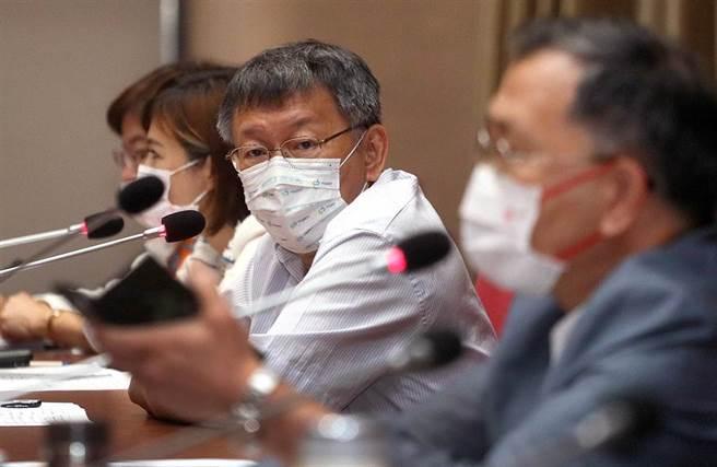 針對諾富特飯店群聚感染事件,柯文哲呼籲中央不要用政治干擾專業。(范揚光攝)