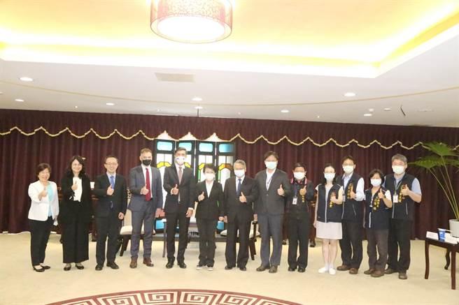 台中市長盧秀燕今日在副市長令狐榮達及各局處代表陪同下,會見歐洲經貿辦事處長高哲夫一行人。(盧金足攝)
