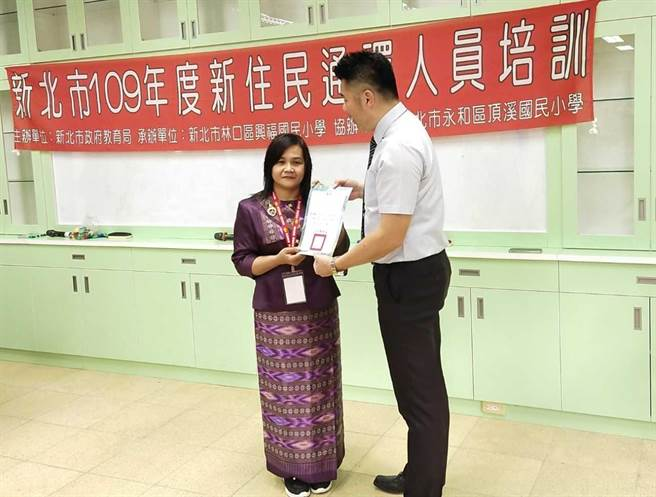 參加109年培訓的泰語通譯人員林安妮,自完訓後不斷地利用專業幫助移工及新住民在新北安居樂業。(新北市教育局提供)