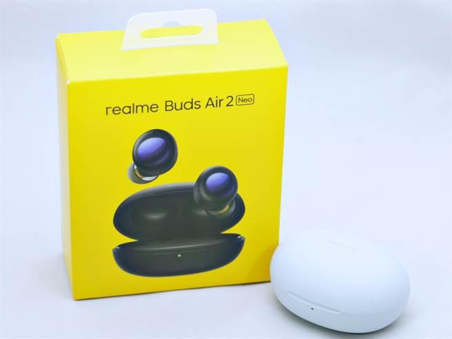 realme buds Air 2 Neo耳機灰色款式與包裝盒。(黃慧雯攝)