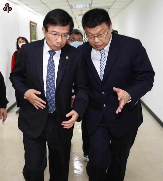 交通部長王國材(左)和台鐵局長杜微(右)。(本報資料照)