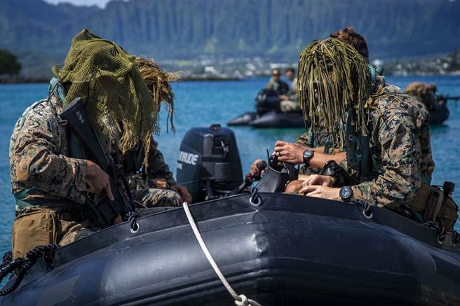 內奧赫灣的第2與第3步兵營將解除,部分成員轉隸屬濱海戰鬥團。圖為第3陸戰團第3營進行兩棲突擊操演。