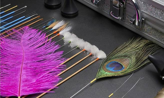 采耳過程中,會搭配一些小道具刺激耳道。(示意圖/Shutterstock)