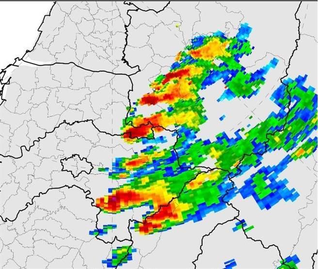 氣象局長鄭明典PO出今日一張圖慶祝表示,「終於進入雷陣雨季節!」(摘自鄭明典臉書)
