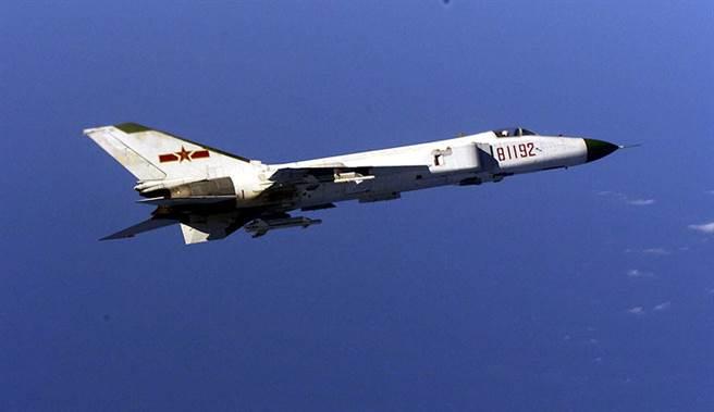 2001年4月1日,在南海的美中空中撞擊事件,墜毀的殲8乙81192號。說來諷刺,殲8乙曾經有機會被美國技術改良,雖然沒有完成,但是在這起事件,迫降的美軍EP-3C電子偵察機,又成了中共軍用電子科技升級的重要臨門一腳。(圖/新華網)