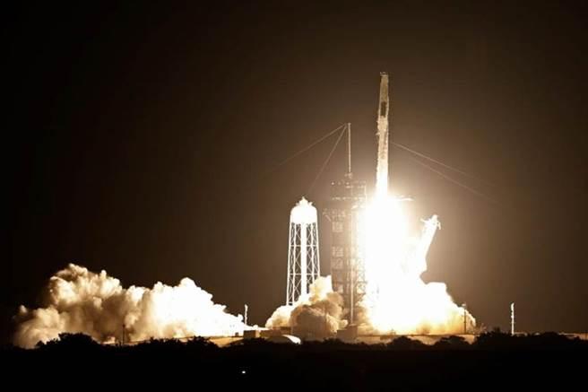 SpaceX火箭順利升空,將提供衛星連網服務已獲50萬人訂單。圖/路透社