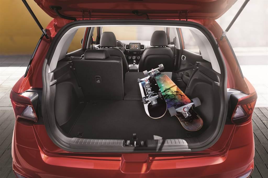 小巧易控的車身尺碼下,卻有著實用的空間機能。