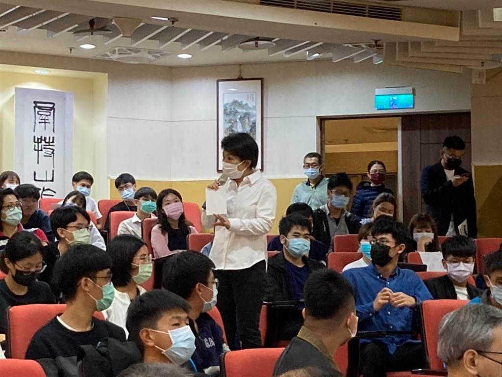 台中市長盧秀燕受邀返回政大地政系演講,與同學們互動熱絡。(政大地政系提供/李侑珊台北傳真)