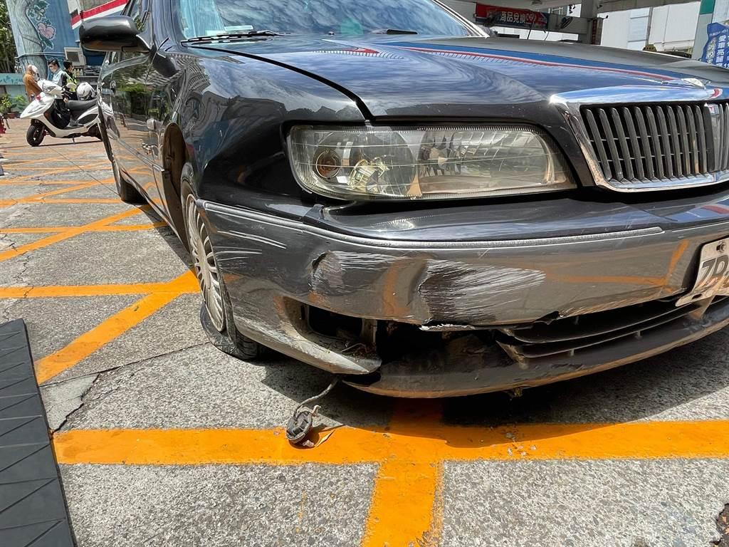 高雄市民權中油加油站本(5)月發生一起法師自撞車禍,法師駕駛肇事後,不只態度淡定,還當眾向員警開示,佛系態度叫人大開眼界。(圖/警方提供)