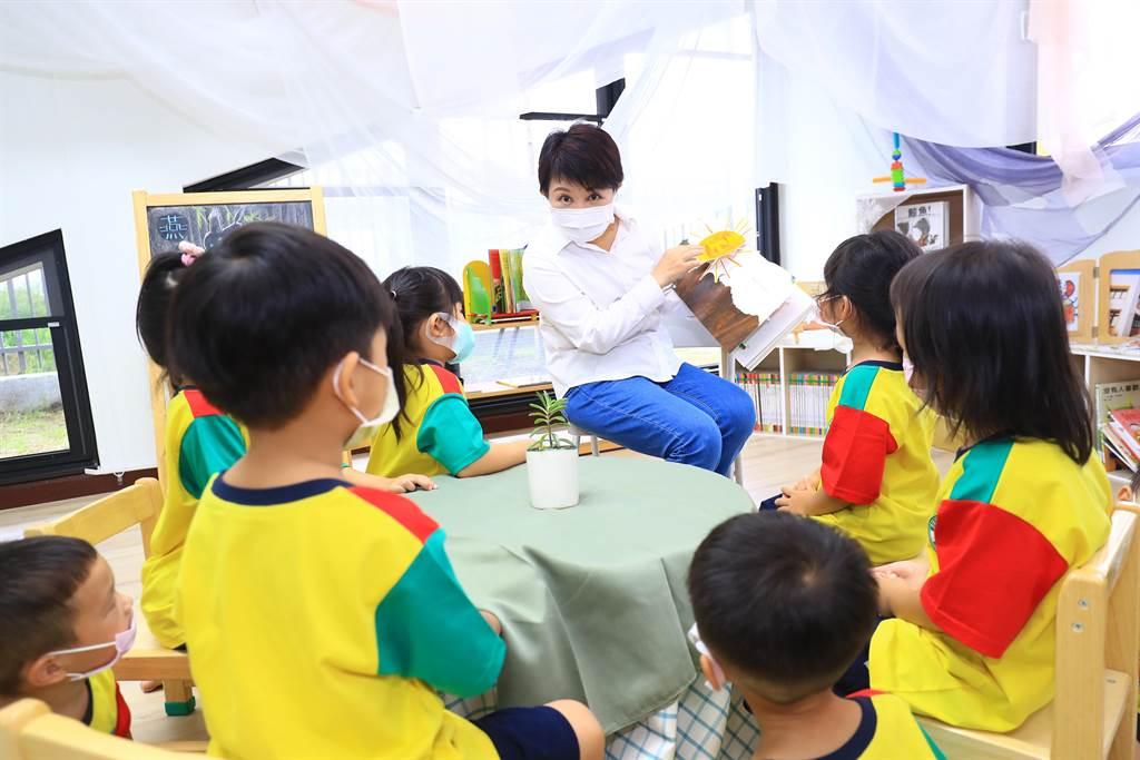 台中市長盧秀燕親切地與幼童們講述「好餓的毛毛蟲」繪本故事。(陳世宗攝)