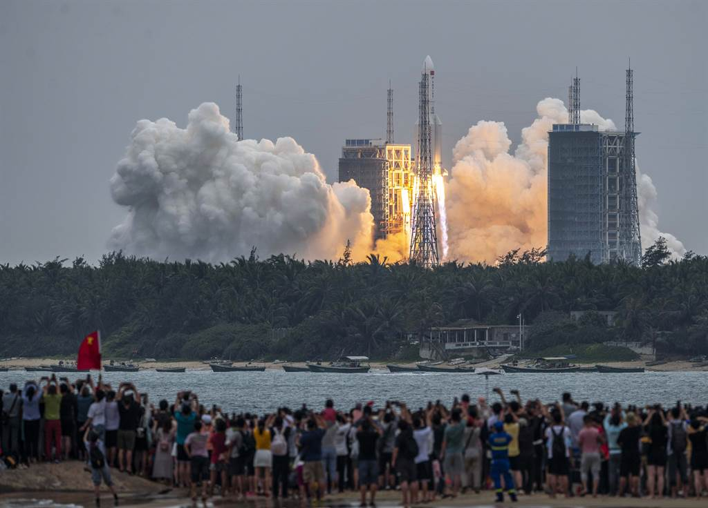 搭載國際太空站天和核心艙的長征5號B遙二運載火箭,在海南省文昌航天發射場點火升空。(圖/新華社)
