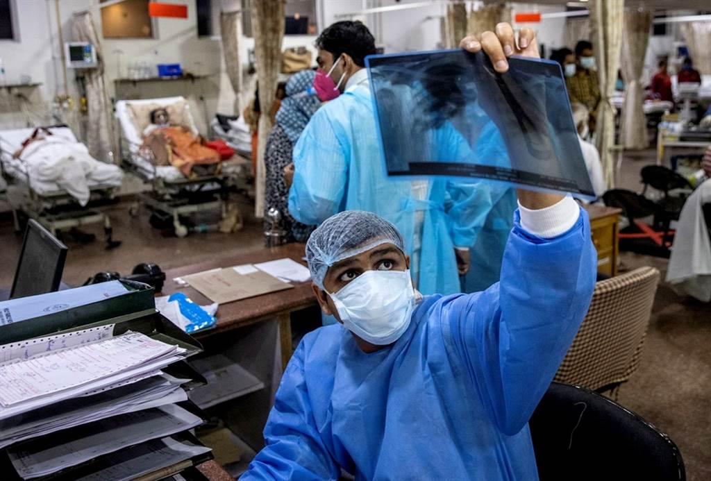 26歲的阿格瓦爾(Rohan Aggarwal)是印度新德里神聖家庭醫院的住院醫師,他尚未完成醫學培訓課程,卻已經被迫決定新冠患者的生死。(圖/路透社)