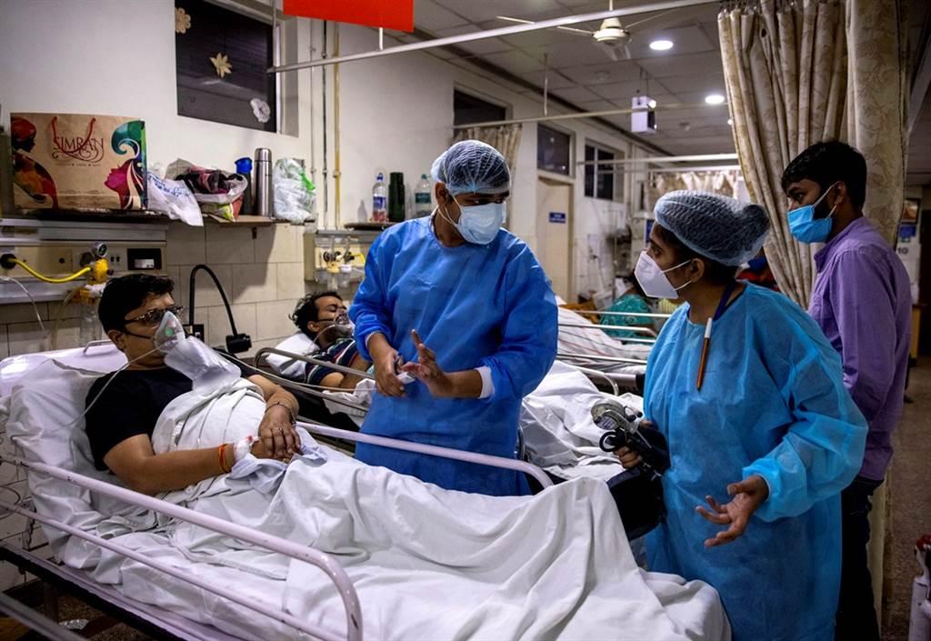 26歲的阿格瓦爾(Rohan Aggarwal)是印度新德里神聖家庭醫院的住院醫師,一次值班27小時,緊急狀況不斷。(圖/路透社)
