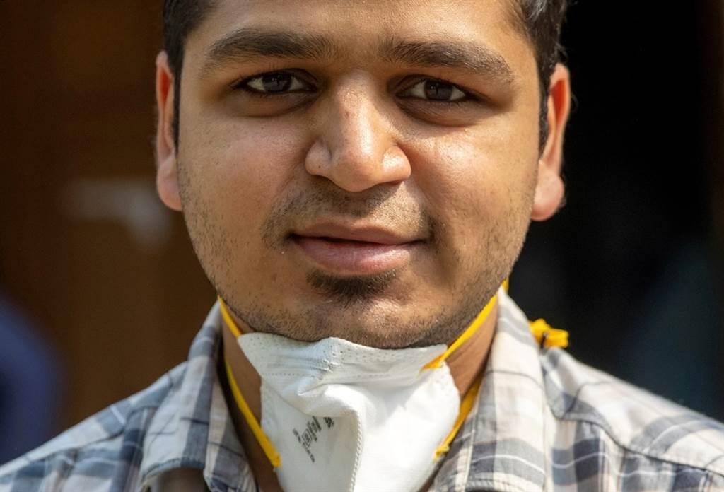 26歲的阿格瓦爾(Rohan Aggarwal)是印度新德里神聖家庭醫院的住院醫師,他是資淺醫生,主要負責急診室,卻因為疫情嚴峻,被迫決定新冠患者的生死。(圖/路透社)