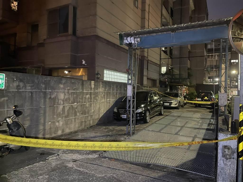 北市一名男子遭停車場鐵架砸傷,救護人員已將他送醫搶救中。(翻攝照片/林郁平台北傳真)