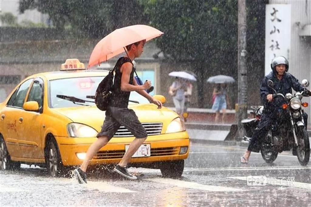 原本預期周六(8)日才會來的鋒面,明(7)日提早報到,中央氣象局表示,午後大台北地區、西半部山區及東半部地區有局部短暫雷陣雨,而且可能從下午下到晚上。(資料照/鄧博仁攝)